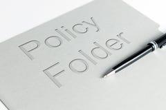 Tenedor de una póliza de seguros imagen de archivo