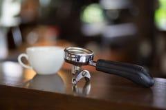 Tenedor del filtro y taza del café con leche Fotografía de archivo