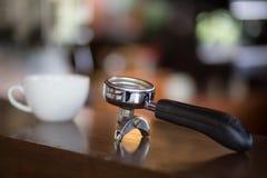 Tenedor del filtro y taza del café con leche Imágenes de archivo libres de regalías