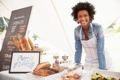 Tenedor femenino de la parada de la panadería en el mercado de la comida fresca de los granjeros Fotos de archivo