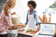 Tenedor femenino de la parada de la panadería en el mercado de la comida fresca de los granjeros fotografía de archivo