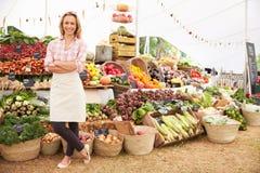 Tenedor femenino de la parada en el mercado de la comida fresca de los granjeros imagen de archivo libre de regalías