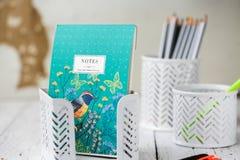 Tenedor para las plumas y los lápices en un fondo blanco Notas, lápices y plumas papel imagen de archivo libre de regalías