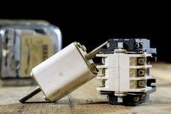 Tenedores de cerámica viejos del fusible Accesorios eléctricos viejos Etiqueta de madera Imagenes de archivo