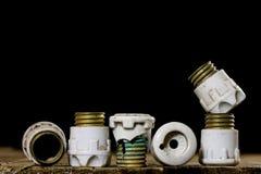 Tenedores de cerámica viejos del fusible Accesorios eléctricos viejos Etiqueta de madera Foto de archivo