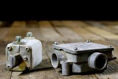 Tenedores de cerámica viejos del fusible Accesorios eléctricos viejos Etiqueta de madera Fotos de archivo