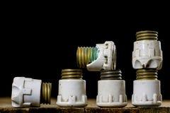 Tenedores de cerámica viejos del fusible Accesorios eléctricos viejos Etiqueta de madera Fotos de archivo libres de regalías