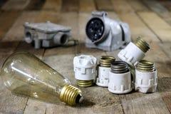 Tenedores de cerámica viejos del fusible Accesorios eléctricos viejos Etiqueta de madera Imágenes de archivo libres de regalías