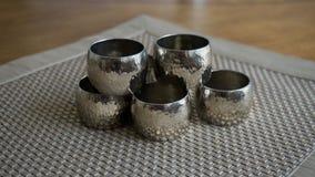 Tenedores de los anillos de servilleta del metal plateado sobre una estera de lugar de oro del color Aliste para el ajuste de la  fotografía de archivo