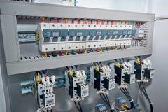 Tenedores del fusible, contactores con los contactos, condensadores en el gabinete el?ctrico imagen de archivo
