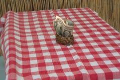 Tenedores y dinero de la servilleta Placemats rojos y blancos en la tabla Fotografía de archivo