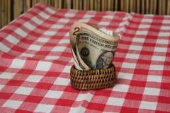 Tenedores y dinero de la servilleta Placemats rojos y blancos en la tabla Fotos de archivo