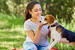 Teneeger flicka och hennes favorit- hund tät stående upp royaltyfria foton