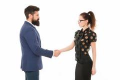Tenemos un reparto Sociedad en negocio Hombre y mujer que sacuden las manos Hombre barbudo y mujer atractiva Pares del asunto imagen de archivo libre de regalías