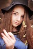 Tenencia adolescente hermosa una rama en flor Fotografía de archivo