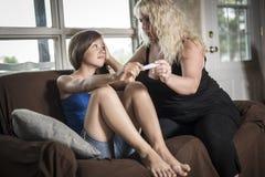 Tenencia adolescente triste y asustada una prueba de embarazo Fotos de archivo libres de regalías