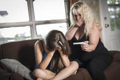 Tenencia adolescente triste y asustada una prueba de embarazo Imágenes de archivo libres de regalías