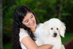 Tenencia adolescente un perro francés del poddle Fotos de archivo libres de regalías
