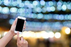 Tenencia de la mano de la mujer y móvil con, teléfono celular, teléfono elegante Imagen de archivo