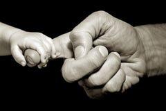 tenencia de la mano del bebé Fotografía de archivo