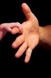 tenencia de la mano del bebé Foto de archivo