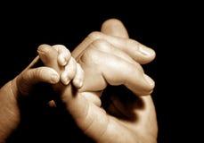 tenencia de la mano del bebé Fotografía de archivo libre de regalías
