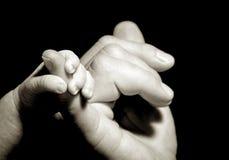 tenencia de la mano del bebé Imagenes de archivo