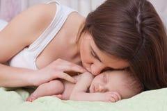 Tenencia de la mujer y bebé recién nacido Imágenes de archivo libres de regalías