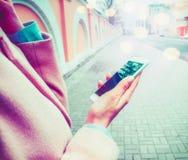 Tenencia de la mujer y usar la pantalla vacía del espacio en blanco elegante del teléfono imagen de archivo libre de regalías