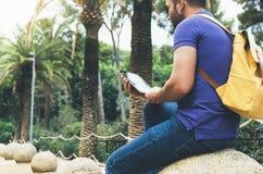 Tenencia de la persona del inconformista en tableta digital de las manos con la pantalla en blanco, fotografía del hombre en el o fotos de archivo