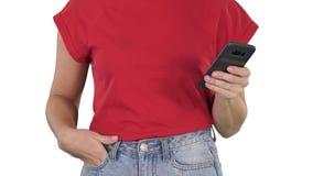 Tenencia de las manos de la mujer hermosa, usando el teléfono elegante en el fondo blanco almacen de metraje de vídeo