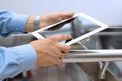 Tenencia del hombre de negocios y usar la tableta digital Foto de archivo