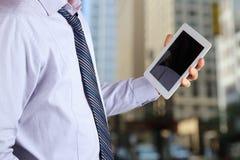 Tenencia del hombre de negocios y usar la tableta digital Fotos de archivo