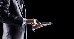 Tenencia del hombre y tableta digital imagen de archivo libre de regalías