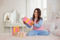 Tenencia modelo sus presentes del Año Nuevo Foto de archivo libre de regalías