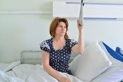 Tenencia paciente femenina encendido al dispositivo para levantar en sitio de hospital Imagen de archivo libre de regalías