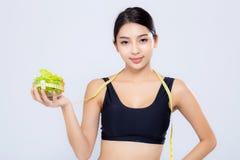 Tenencia sonriente de la mujer del asiático del retrato y con la medición de la fruta verde de la manzana y de la dieta hermosa d fotografía de archivo