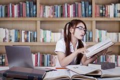 Tenencia y lectura del adolescente un libro Fotografía de archivo