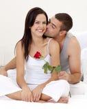 tenendo baciare la donna di rosa dell'uomo Immagine Stock