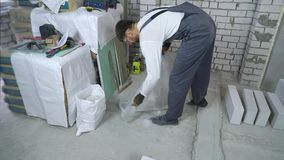 Tenendo posto di lavoro pulito al cantiere archivi video