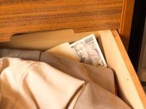 Tenendo soldi nel cassetto per evitare tassa Fotografia Stock