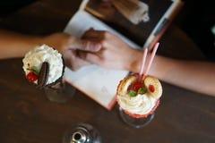 Tenendosi per mano con il dessert immagini stock
