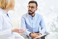 Tener consulta en la oficina de los médicos imagen de archivo libre de regalías