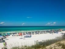 Tener grandes vacaciones en la playa azul de la montaña Imagen de archivo