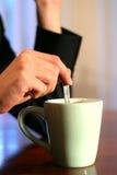 Tener un Cuppa Fotos de archivo libres de regalías