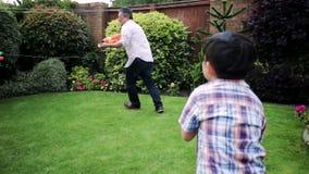 Tener una lucha del agua con el papá almacen de video