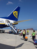 TENERIFE - 16 ΙΟΥΛΊΟΥ 2014: Passеngers που επιβιβάζεται στην πτήση Ryanair, ο Στοκ Εικόνες