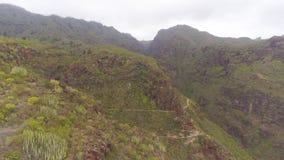 Tenerife, Ισπανία - 18 Μαΐου 2018: Εναέρια άποψη των δύσκολων βουνών στο φαράγγι κόλασης, Κανάρια νησιά απόθεμα βίντεο