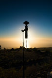 Tenerife, Ισπανία - 13 02 2017: Σκιαγραφία της κάμερας DJI OSMO συν στο υπόβαθρο ηλιοβασιλέματος Στοκ Εικόνες