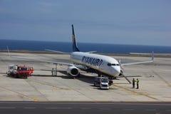 TENERIFE, ΙΣΠΑΝΙΑ - 16 ΙΟΥΛΊΟΥ 2014: Το αεροπλάνο Ryanair ανεφοδιάζει σε καύσιμα πλησίον Στοκ Φωτογραφίες